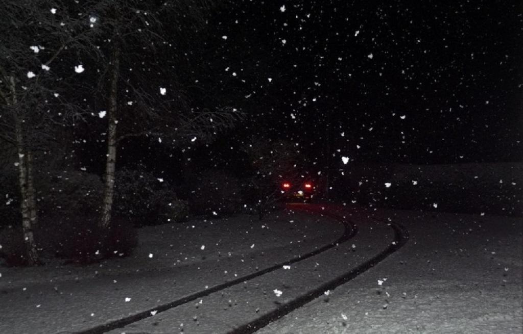 En-Clio-la-nuit-sous-la-neige -2- Copyright-inconnu